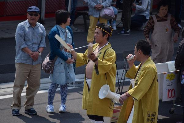 【西大寺の町並みシーズ(その4)】第28回 わっしょいカーニバル 西大寺2015より。 2015/04/25(土)朝、金玉所大権現 神輿会世話人という立場の方のようです。おなかの出方が見事!西大寺を見事に背負って居られます。