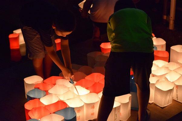 【西大寺の町並みシリーズ(その49 )】2015年8月末の土曜日、少年達の心には何がのこっだろう。観音院の方から流れてくるものに合わせて、ここからも川に流される。