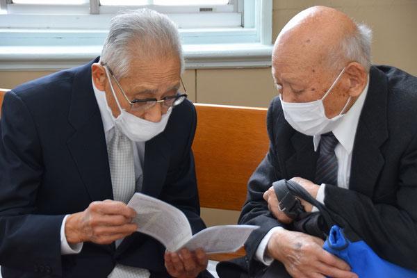 2021年5月2日 皆さんが礼拝堂におられなくなったあと、左97歳、右100歳のコンビが何やら話し込んでいます。健康のことか、信仰のことかどちらかな。