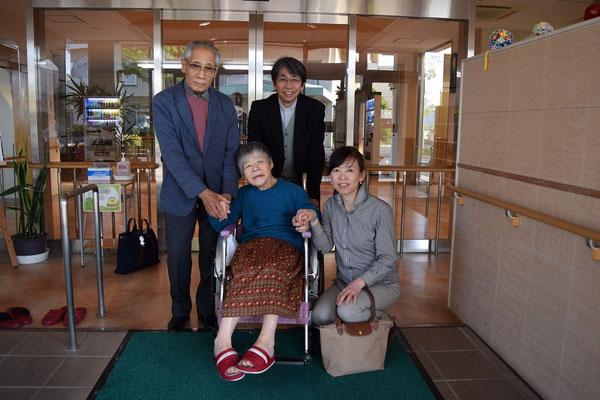 帰り際、玄関まで見送りに幸子さん来てくれました。職員の方にお願いして記念写真