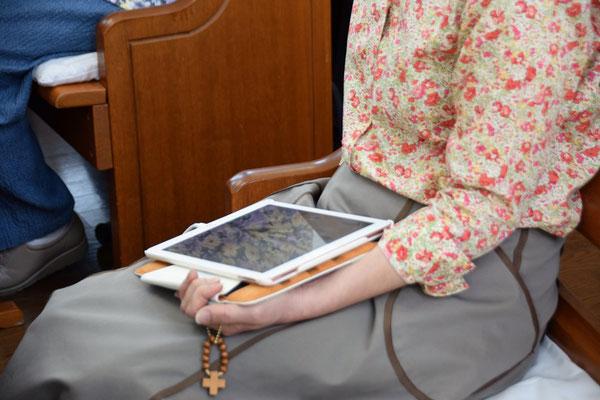iPadだと膝上での操作ができます。利用した聖書アプリはiPadだけでしか利用できないのです。無料ですから誰でも使用できる太っ腹はソフトです。