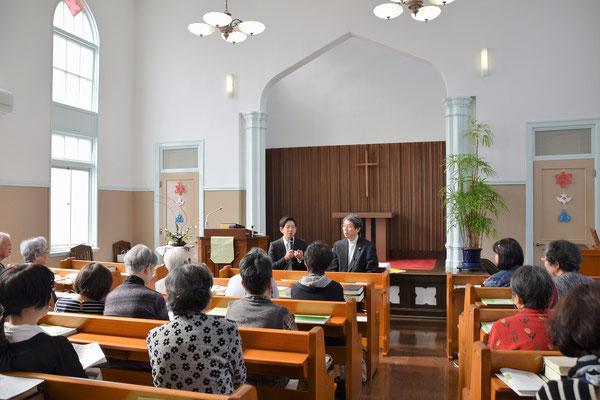 報告後にインタビューをしました。その様子を礼拝堂後方から。