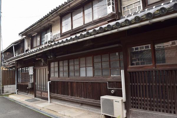 【西大寺の町並みシリーズ(その55 )】少し離れてお医者さんの玄関付近。ここら辺りを歩くと何とも心が落ち着きます。年のせいかな。でも、子どもでもそう感じるのではと思います。