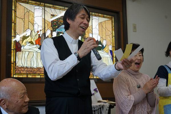 2016年イースターの愛餐会は司会を森牧師が担当。