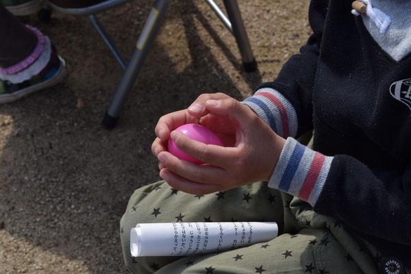 大事にだいじに手にもっているのは卵形のケースです。このあと、プレゼントと卵に交換