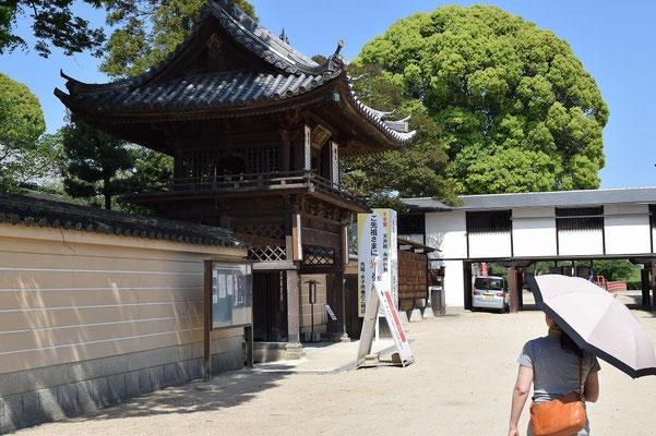 【西大寺の町並みシリーズ(その31)】観音院の正面玄関に向かって進むとこういう感じです。