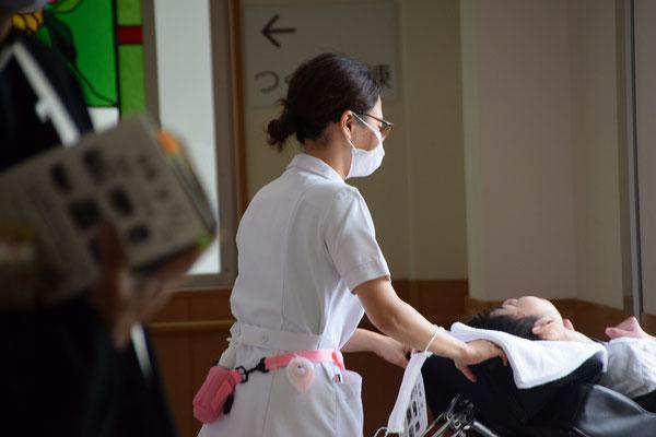 2020年6月26日(金)午前 望さんの洗礼式のために、国立病院機構南岡山医療センターの内部の庭に出ようとするところ 臨場感あふれる一枚