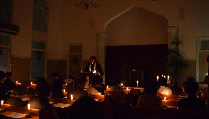 2015年12月24日・クリスマスイヴ燭火さんび礼拝。礼拝堂後方より