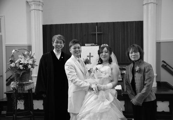 2019年12月28日(土)午後1時前 無事に結婚式も終了 みんなほっとして 記念写真です ※お母さまは森牧師が定期的に通う某所の方です