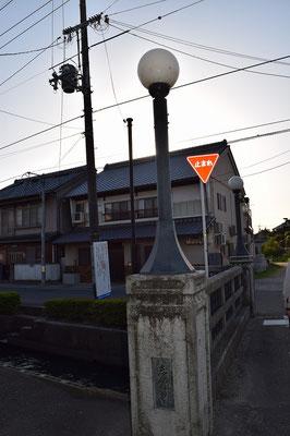 【西大寺の町並みシリーズ(その20)】観音院近くの通りの夕暮れ時の一枚。西川に掛かる橋です。