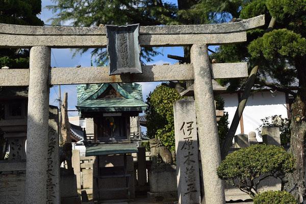 教会の正さんに、西大寺の初詣はどこでしょう、と聞いたら、確か、この神社の名前を口にされたはず。これはどこにあるのか、と言いますと、実は、観音院の庭の端っこのところ。何とも不思議な関係です。天満屋さんの先祖の名前があります。