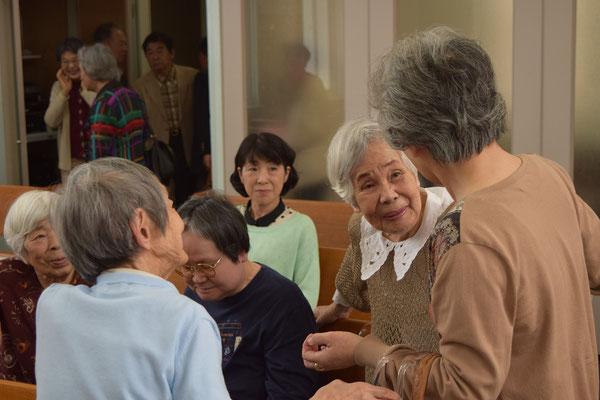 光子さん(左淡いブルー)を迎えての歓迎のご挨拶の場面があちこちで目にとまりました。