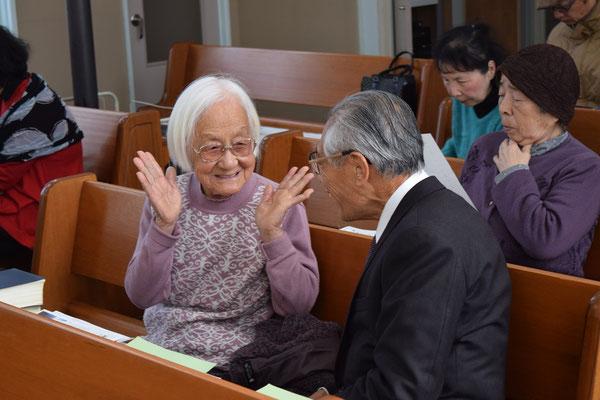 2016年2月21日、春が近づいて元気が出てきた迪子さんを礼拝堂に見つけた正さんがお話に行った時にひとこま。写真を見る私たちが嬉しくなる。