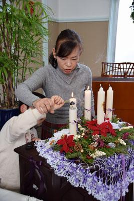 2016年待降節第3主日の礼拝後、直ちゃんに、ロウソクの消し方を指導中。「こうでしょ」。