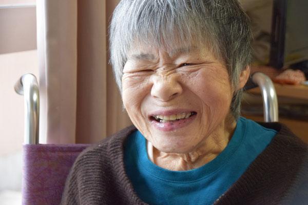 2016年12月、高松にミニキャロリングに出掛けた時の幸子さんの破顔であります。