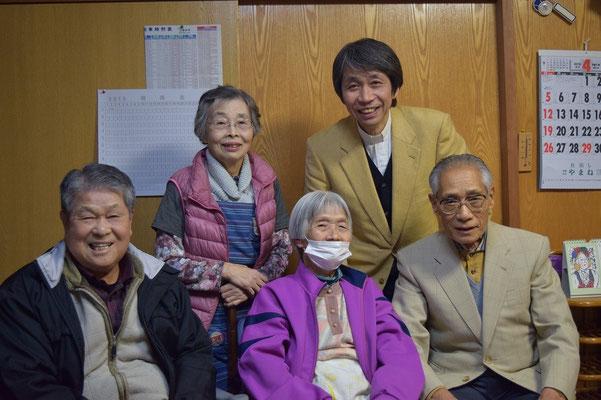 2015年4月19日(日)夕刻、和義さんと書子さんを、90歳を越えた教会の〇田姉と正兄、牧師夫妻が訪問。書子さん退院間もないところでしたが記念の写真をとれてよかったです。左端が2015年12月召天の和義兄