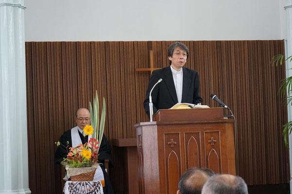 嵐護東中国教区総会議長が後ろに居られます。森牧師が就任の辞を語り始めて間もない頃。
