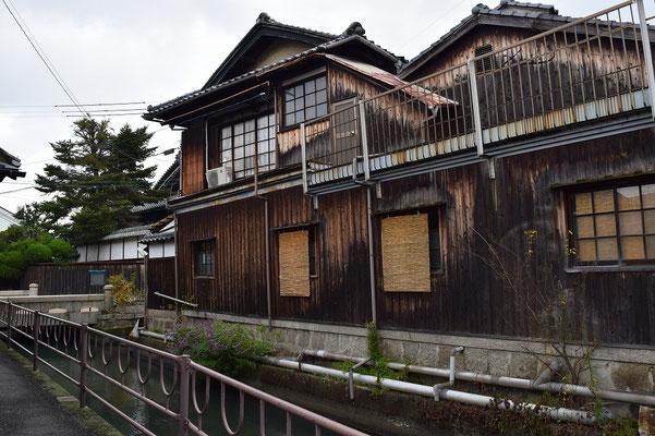 【西大寺の町並みシリーズ(その7-3 )】柳湯さんを横手の西川沿いから撮影するとこういう感じ。昔は、犬も歩けば棒に当たるのと同じくらいに銭湯があったのが西大寺だったそうです。