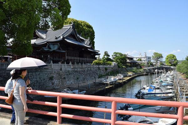 【西大寺の町並みシリーズ(その33)】西大寺観音院の裏手です。この一枚は西大寺さんがはっきり写ってます。係留している船はどんな風に使われるのかな。
