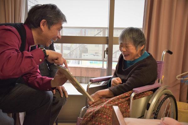 2016年12月、高松でのミニキャロリング、絵本の名前に同じさ幸子が見つかって大受けの場面。