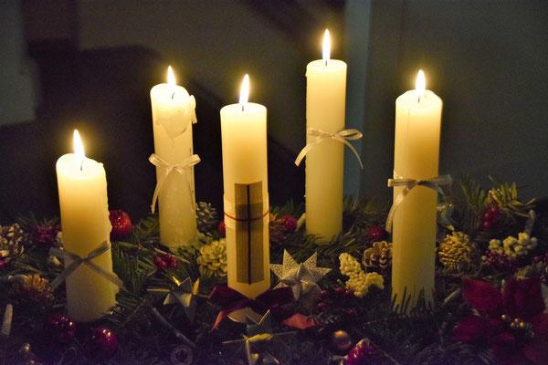 2018/12/24 クリスマスイヴ礼拝のアドヴェントクランツも四本+キリストの十字架で5本が点灯です。