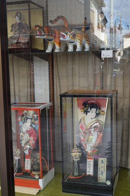 これはショーウインドウに展示されているもの。店内にはかなりの数が並んでます。全国的に知られる問屋さんのようなお店なのかも知れません。それが西大寺にあるというのも面白い。