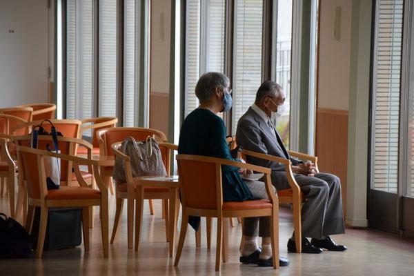 2020年6月26日(金)午前 望さんの洗礼式 望さんがお世話になっている病院に駆けつけて、立ち会うことは制限があり、ホールで祈りつつ待っておられる正さんと清美さんのお二人。あと、カメラマンの美樹さんも待機でした。