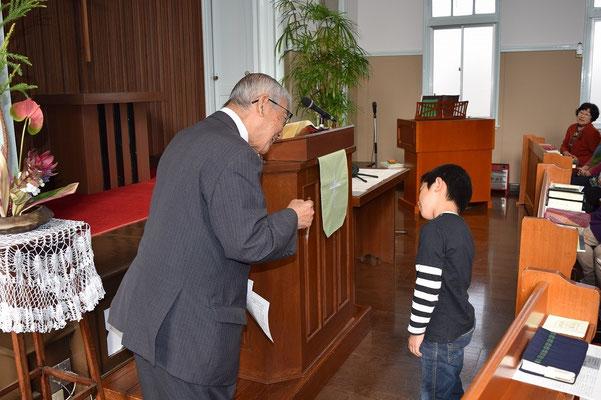 1分間メッセージで、直ちゃんに語りかける関田寛雄先生。直ちゃんの体が斜めになりました(笑)
