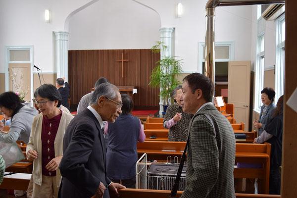 礼拝後のひとときです。右側のたかよしさん、久しぶりに正さんとご対面。たぶん、教会学校でお世話になったり、病気をすると正さんの診察を受けていたような気がします。