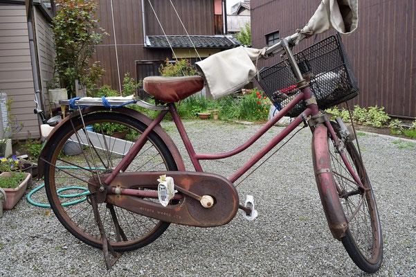 【西大寺の町並みシーズ(その3)】旭東教会の最高齢会員(1922年・大正11年生まれ)の女性会員Y田さんが現在も使用されている昭和35年製というミヤタ自転車。clickしてください。するとチェーンカバーに刻まれた「MIYATA WORKS LTD.」という文字が見えます。ライトや荷台はしっかり現代のものにVersionアップされています。西大寺の自転車の会?への仲間入りも勧めてくださいました!