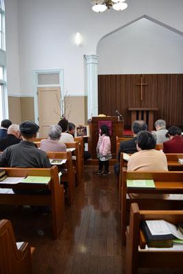 礼拝での1分間メッセージの様子を後ろからパチリ
