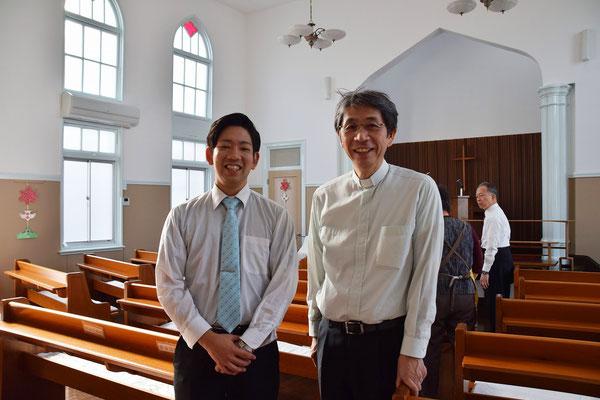 旭東教会を離れる前に、じゃあ一枚と言うことで森牧師と記念撮影です。後方は聖徒の日準備をしている皆さん。