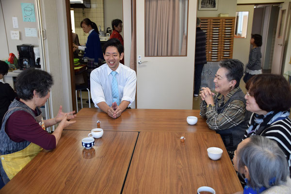 炊き込みご飯の昼食は左の艶子さんが音頭をとってくれました。楽しく皆さんと歓談。