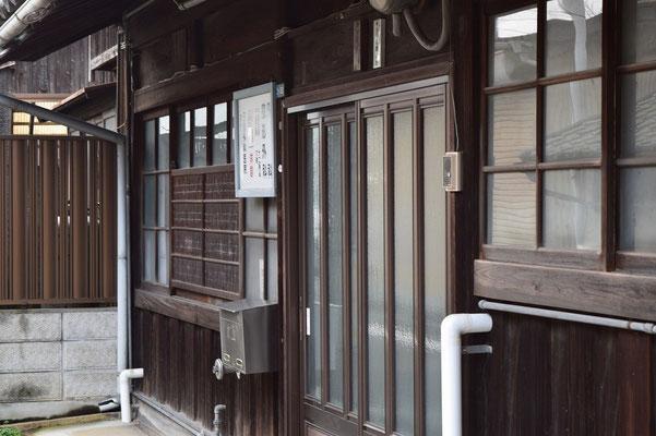 【西大寺の町並みシリーズ(その56 )】そして、玄関付近。いつか診察して頂かなければ、中の様子はわかりません。いつ頃建てられたものなのか聞いてみたいです。