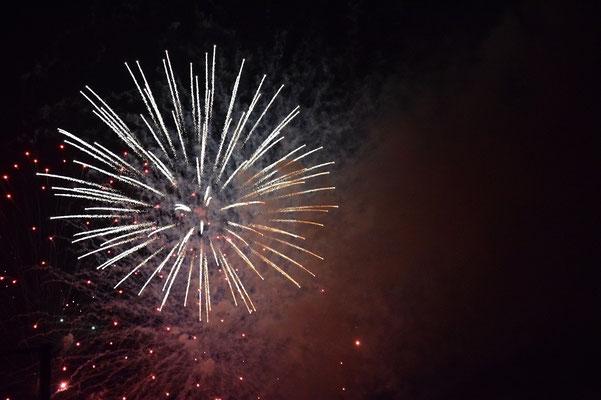 【西大寺の町並みシリーズ(その46)】2015年7月18日(土)西大寺の花火大会。夏の到来を告げてくれた。観音院に隣接する吉井川沿いに数千人?の人々が穏やかに集まっていた。