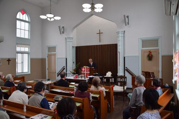 2020年5月31日 ペンテコステ・聖霊降臨日 会堂改修工事完成感謝式を礼拝後に行いました。皆さん、正さんのお話に聴き入ってます。