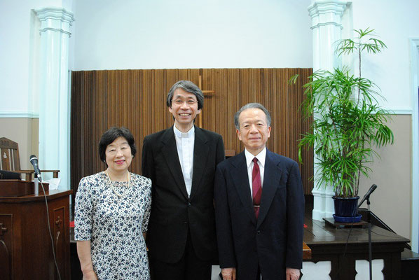 2015年7月、就任式終了後、ほっとしたところで、招聘委員長の泰さん・光代さんご夫妻と森牧師