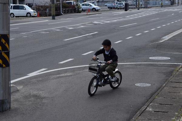 で、外に出てみると、こちら、晴れて補助輪もなしに乗れるようになった自転車をこぐ直生君