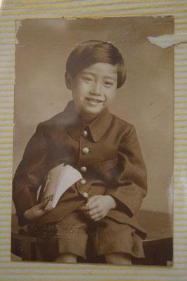 【西大寺の町並みシーズ(その5 )】番外編。clickして、もう一度clickしてスクロール(下に動かす)すると左下に【H. YAMAMOTO SAIDAIJI】の文字。1924年・大正13年3月1日生まれの少年を撮影したのは、西大寺にあった山本写真館さんか(近くの通りに看板がありましたが、店舗は休店かな)。少年は2015年現在、91歳で元気に旭東教会でもご活躍。時にお顔が教会HPでも見えるあの方。オレンジジュースを絞ったりの・・・(^^♪