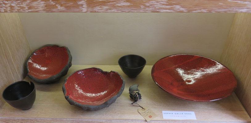 Sophie Gallé-Soas - plat rouge bombe volcanique  - grand plat rouge tourné rond  grès - porte baguette  6 feuilles de Gingko