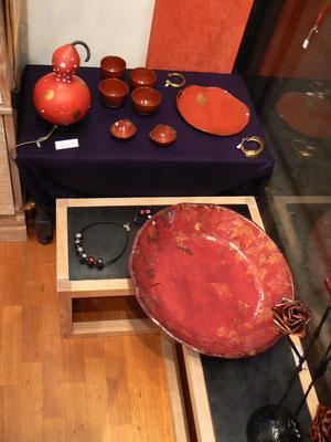 Plateaux rouge et bouquet de fleurs en  Papier maché : Eve Tésorio  - sur la table : lampe de Marie - Laure Dezalys - céramiques de Sophie Gallé-Soas .