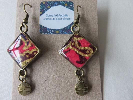 """Sornette et Pacotille -Boucle en laiton finition bronze antique - cabochon carré - breloque - tissus  """"souvenir de Bali """" - édition limitée"""