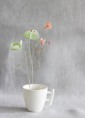 """Laurence Aguerre - """"Un jardin dans mon café""""  Souffle de printemps - Tasse en porcelaine chinée - Fleurs en soie, perles de verre, fils de métal"""