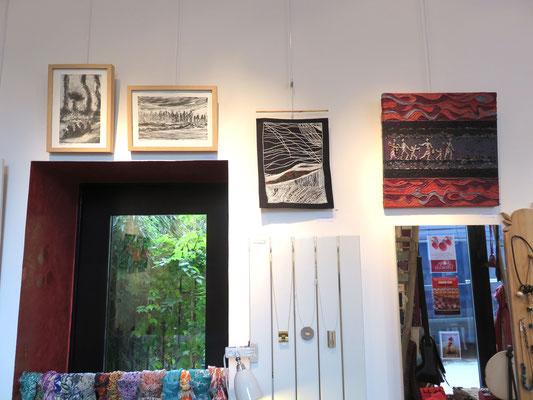 A droite : l'exode de Françoise Trotabas - Broderie de Hava Nicknam - au sessus de la porte : 2 gravures de Michelle Boucard