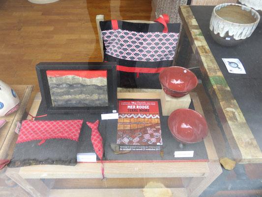 en vitrine : pochette et sac de Valérie bélier - Peinture de Cehel  - Céramique de sophie Gallé-Soas