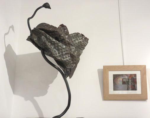 """Sculpture en acier de Denise Eisler : """"drôle d'oiseau"""" - Sur le  mur peinture de agnès Robin"""