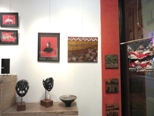 """A droite 3 tableaux carrés et 1 rectangulaire : Agathe De Philippi  l'Egyptien de Jacques cauda . Sur l'étagère 2 sculptures """"figures noires""""  de Marie anne Guillemain"""