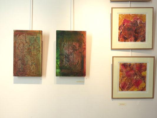 A droite , trois  monotypes de Michelle Boucard -  Deux  gravures marouflés sur bois de Marie clémentine Mares