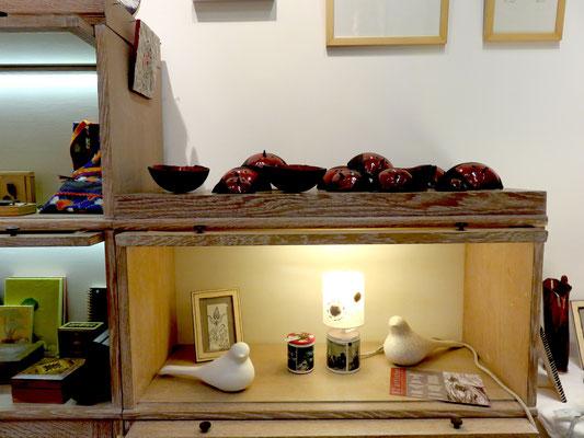 Sur l'étagère : céramiques de Sophie Gallé Soas - en dessous: lampe et boites  de Isabelle malet - oiseau de TOOTOO -  dessin de Eve  Tesorio