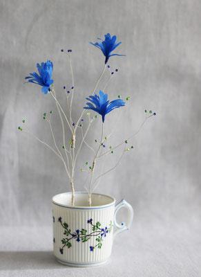 """Laurence Aguerre - """"Un jardin dans mon café"""" - Matin bleu -   Tasse en porcelaine chinée - Fleurs en soie, perles de verre, fils de métal"""